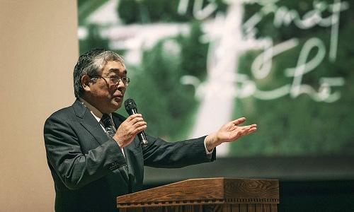 Ông là người tạo điều kiện cho đoàn phim từ những ngày đầu dự án đến lúc ghi hình. Thị trưởng hy vọng rằng qua tác phẩm, vẻ đẹp Higashikawa sẽ được nhiều người biết đến đúng với tên gọi Thị trấn ảnh.