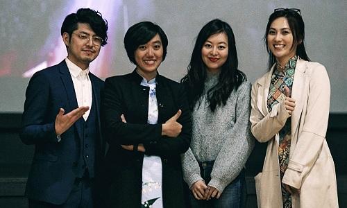 Phim do Cao Thúy Nhi (thứ hai từ trái sang)đạo diễn, Nguyễn Lê Nhất Phương và Phạm Thanh Tân đồng sản xuất. Đoàn phim tổ chứcbuổi chiếu ra mắt ởHigashikawa để bày tỏ lòng tri ân đến địa phương.Hè năm ngoái, ê-kípkhoảng 30 người đến đây ghi hình.