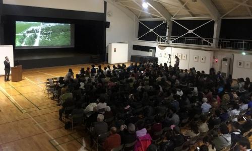 Khoảng hơn 400 khách mời tham gia sự kiện ởTrung tâm giao lưu văn hoá nghệ thuật Higashikawa, trong đó cóthị trưởng Matsuoka Ichiro.