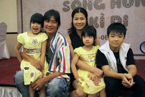 Võ Hoài Nam bên vợ con trong một buổi ra mắt phim.