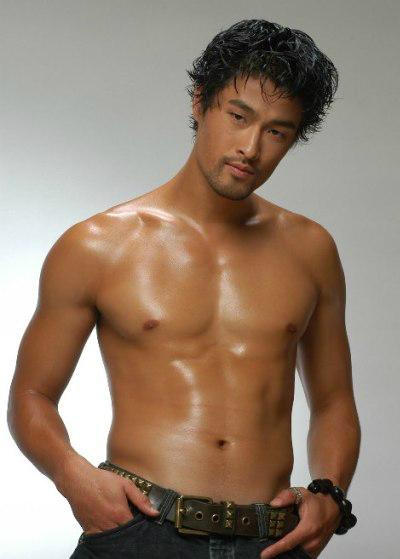 Diễn viên khoe cơ bắp trong một bộ ảnh chụp năm 2012.
