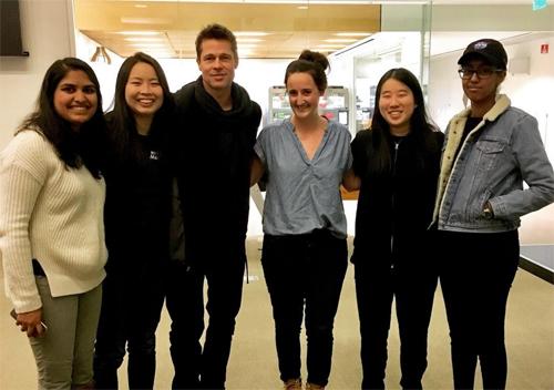 Brad Pitt chụp ảnh cùng các sinh viên của Neri Oxman tại MIT.