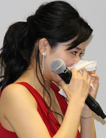 Nữ diễn viên khóc khi được nhà sản xuất khen ngợi năng lực.
