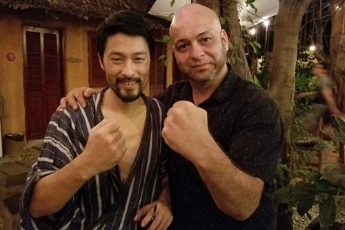 Johnny Trí Nguyễn mặc đồ ngủ xuề xòa khitiếp võ sư Flores hồi tháng 2 tại võ đường của mình.