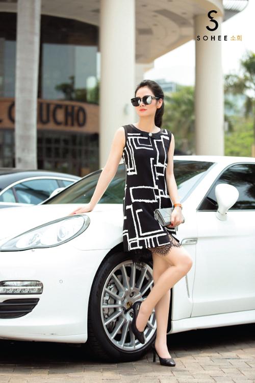Trung thành với phong cách tối giản, thanh lịch của thời trang Hàn Quốc, bộ sưu tập mang tính ứng dụng cao, phù hợp với môi trường công sở hoặc dạo phố. Chỉ cần mix váy với các phụ kiện phù hợp về màu sắc, phái đẹp đã có một set đồ ấn tượng.