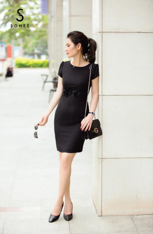 Sắc đen là một trong những gam màu quyền lực của ngành thời trang và được nhiều nhà mốt ưu ái trong bất cứ mùa thời trang nào.Với chị em chốn văn phòng, trang phục tone đen cũng được yêu thích khi giúpche đi nhiều khuyết điểm trên cơ thể, đồng thời thể hiện phong tháitrang trọng.