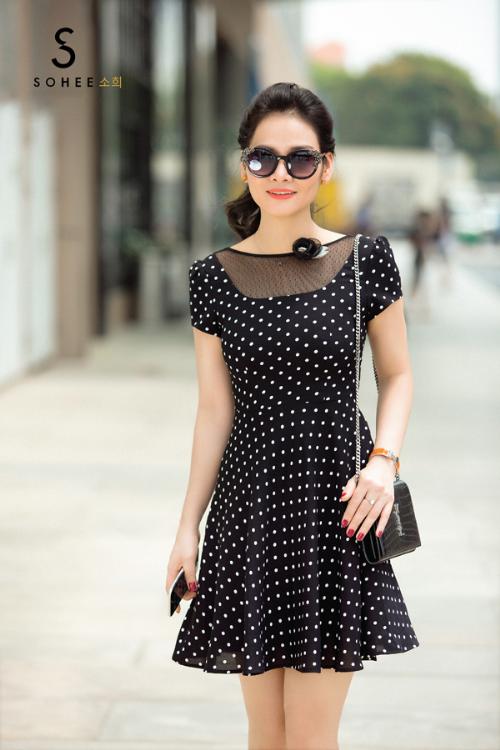 Cùng với sắc đen, hạo tiết chấm bi chưa bao giờ trở nên lỗi mốt trong tủ đồ của chị em chốn văn phòng. Trong bộsưu tập xuân hè 2018 của Sohee, các nhà thiết kế của thương hiệu cũng làm mới mẫu váy chấm bi đen - trắng vớiđộ xòe vừa phải.