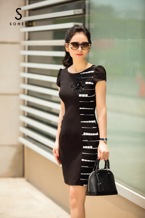 Trong bộ sưu tập xuân hè 2018 của thương hiệu thời trang công sở cao cấp Sohee, màu đen được các nhà thiết kế của hãng khai thác một cách triệt để. Để không bị đơn điệu, các họa tiết hình học và nơ cài ngực được bổ sung làm điểm nhấn, giúp cácmẫu váy trở nên bắt mắt hơn.