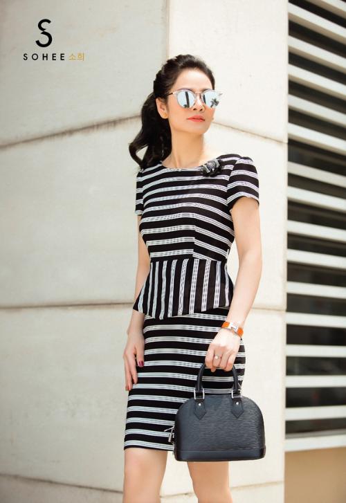 Sự kết hợp giữa họa tiết kẻ ngang và kẻ dọc trong set áo-váy là một lựa chọn tinh tế cho những phụ nữ làm việc ở vị trí cao. Chiếc áo được cắt may tỉ mỉ với phần vai độn cùng phần chít eo tạo cảm giác cho vòng hai thon gọn hơn.