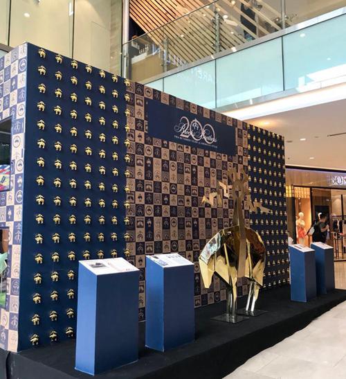 Khu triển lãm trưng bày những mẫu thiết kế kinh điển của Brooks Brother trong suốt 200 năm qua. Đây còn là dịp thương hiệu giới thiệu về lịch sử ra đời, quá trình phát triển và đóng góp cho ngành thời trang thế giới.