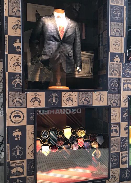 Những chiếc cà vạt sọc ngược reverse-stripe rep tie nổi tiếng được sáng tạo vào năm 1902.