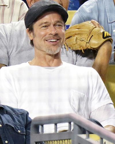 Brad Pitt trên ghế khán giả trong trận bóng chày ngày 11/4.