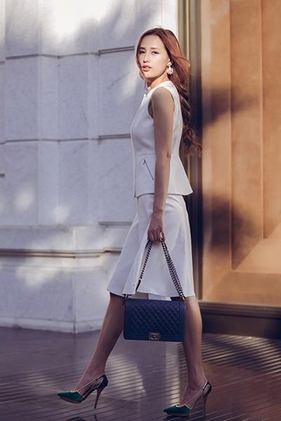 Mai Phương Thúy chụp ảnh street style với mẫutúi Chanel Boyđược nhiều sao Việt yêu thích.Giá của nódao động từ 2.500 USD (tương đương 56 triệu đồng) tới 4.300 USD (gần 97 triệu đồng) tùy vào kích cỡ, phụ kiện đi kèm. Còn đôi giày Lanvinmàu xanh có giá 18 triệu đồng.
