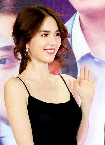 Cô trang điểm trong suốt kiểu Hàn Quốc.