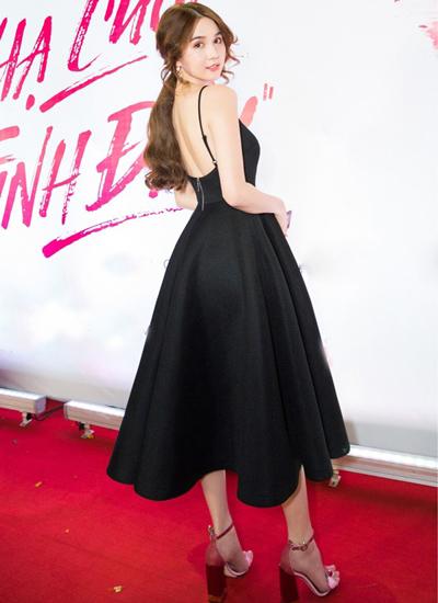 Người mẫu sinh năm 1989 phối đầm dây hở lưng, thân bồngvới giày cao gót. Thiết kế chít eo giúp tôn vóc dáng 1,71 m của Ngọc Trinh.