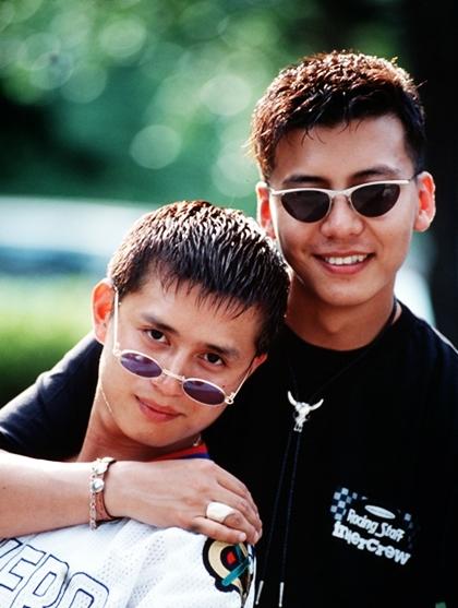 Chất giọng nội lực giúp sự nghiệp ca hát của Min Jong thành công vang dội. Cùng với Son Ji Chang (trái), anh lập nên nhóm nhạc The Blue năm 1993. Các ca khúc của họoanh tạc mọi bảng xếp hạng và là nhóm nhạc idol dẫn đầu làn sóng Hallyu thời điểm ấy.