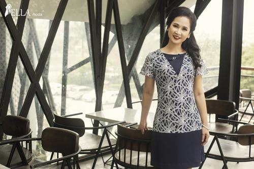 Thương hiệu thời trang công sở đã sử dụng những chất liệu vải cao cấp trong các thiết kế tối giản, mang tính ứng dụng cao, tôn vinh vóc dáng của nữ nghệ sĩ.