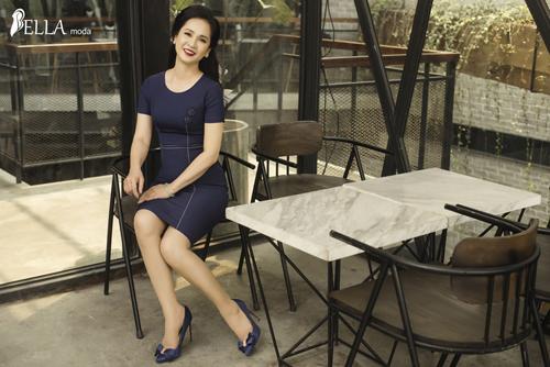 Sở hữu vẻ đẹp nhẹ nhàng, trang nhã nhưng không kém phần sang trọng, NSND Lan Hương đã trở thành nàng thơ được Bella Moda lựa chọn để thăng hoa cùng những thiết kế trong BST mới.
