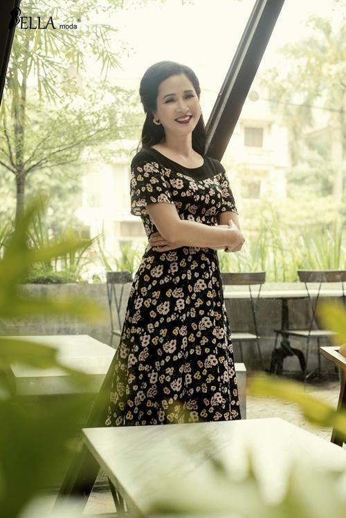Mẹ chồng Lan Hương cảm thấy thoải mái khi diện những chiếc đầm thanh lịch đi làm hay tham dự các bữa tiệc lãng mạn.