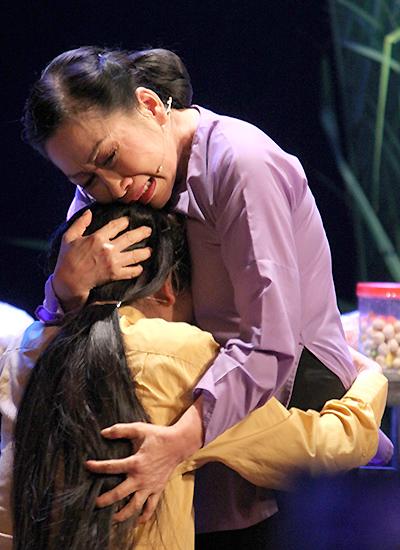 Nghệ sĩ Đàm Loan lấy nhiều nước mắt với vai người mẹ thương con đến mù quáng.