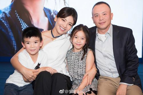 Lưu Đào bên chồng và hai con. Ảnh: Weibo.