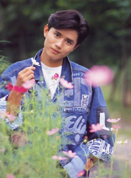 Thời đi học, anh được gọi là hoa mỹ nam, nổi tiếng khắp trường bởi tài diễn kịch, ca hát. Nhờ học lực xuất sắc, anh được tuyển thẳng vào các trường nghệ thuật danh giá. Nghệ sĩ hài Shin Bong Seon và MC Shin Dong Yeop chia sẻ trong một cuộc phỏng vấn: Kim Min Jong là nam sinh huyền thoại, có mặt trên bảng vinh danh của Trung học Nghệ thuật Anyang và Học viện Nghệ thuật Seoul.