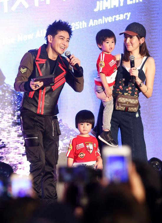 Vợ chồng Lâm Chí Dĩnh đưa con sinh đôi đi sự kiện