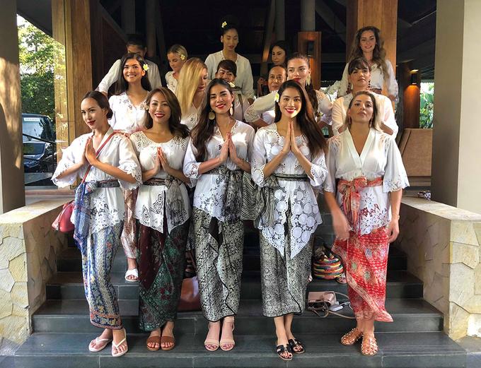 Phạm Hương rạng rỡ trong trang phục truyền thống của Indonesia