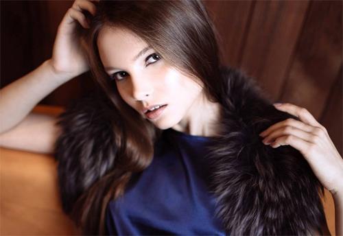 Người đẹp năm nay 18 tuổi, cao 1,77 m và theo đuổi nghề người mẫu.