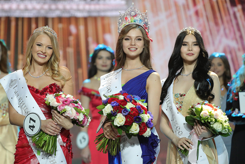 Yuliya Polyachihina, người đẹp đến từ Chuvash Republic, đăng quang Hoa hậu Nga 2018 trong đêm chung kết tối 14/4 tại Moscow, Nga. Á hậu 1 là người đẹp Violetta Tyurkina (trái) và ngôi Á hậu 2 được trao cho Natalya Stroeva.