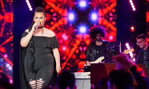 Ada Vox trên sân khấu American Idol tối 15/4.