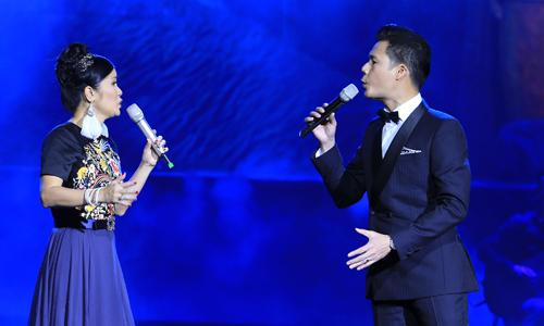 Quang Dũng song ca Hồng Nhung trong đêm nhạc. Cặp nghệ sĩ thể hiện sự ăn ý trong lối hát. Ở nhạc phầm trữ tình, hai người tựa lưng vào nhau rồi hát như lời thủ thỉ, tâm tình của đôi trai gái thuở mới yêu.
