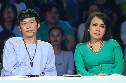 Việt Hương (phải) và Hoài Linh cảm động mối tình của vợ chồng người hát rong.