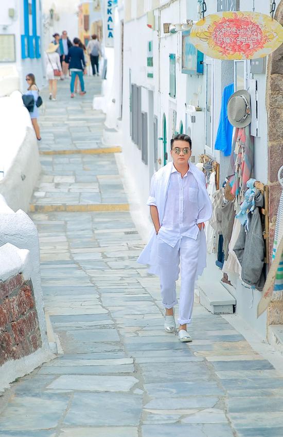 Đàm Vĩnh Hưng chụp bìa album mới tại Santorini