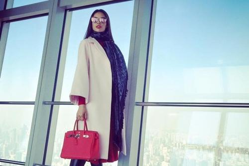 Ngoài màu đen, người đẹp còn sở hữu thêm một chiếc túi tương tự với tôngđỏ.Hermes Birkin là dòng túi đắt đỏ nhất thế giới hiện nay.