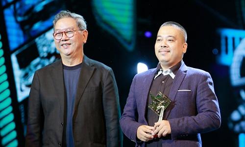 Đạo diễn Lê Thanh Sơn (phải) nhận giải Đạo diễn xuất sắc. Ở Liên hoan phim Việt Nam 2017, anh thất bại trước đạo diễn Vũ Ngọc Đãng (Hot boy nổi loạn 2) ở hạng mục này.