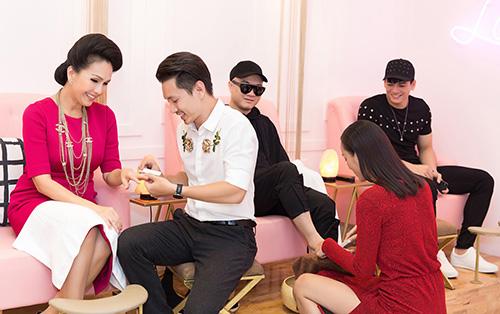 Chồng Lê Thúy (áo trắng) giúp cô tiếp khách trong sự kiện. Ảnh: Huy Phạm.