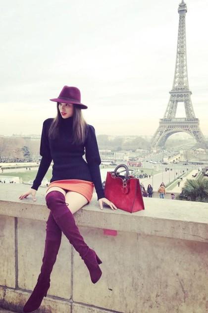 Chiếc túi Dior màu cam da lộngiá 110 triệu đồngcũng là một trong những món đồ thường xuyên đồng hành cùng Phạm Hương.