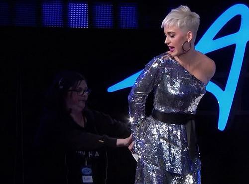 Trợ lý giúp Katy Perry chỉnh sửa lại trang phục sau sự cố.