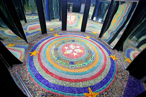 Nhóm khôi phục thay mới 50 tấm gương. Dưới sàn là những vòng tròn nước điểm xuyết sinh vật biển tạo vẻ đẹp huyển ảo. Khi có gương phản chiếu, gian phòng giống chiếc kính vạn hoa, hấp dẫn du khách