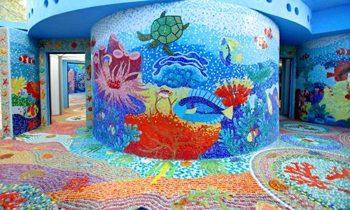 Tổng diện tích gốm được gắn lên tường bên ngoài, bên trong và sàn nhà gương lên đến 812 m vuông. Trong đó, mỗi mét vuông gồm 2500 viên gốm mosaic nhỏ cỡ 2 cm. Tổng cộng có hơn hai triệu viên gốm được gắn lên nhà Gương.