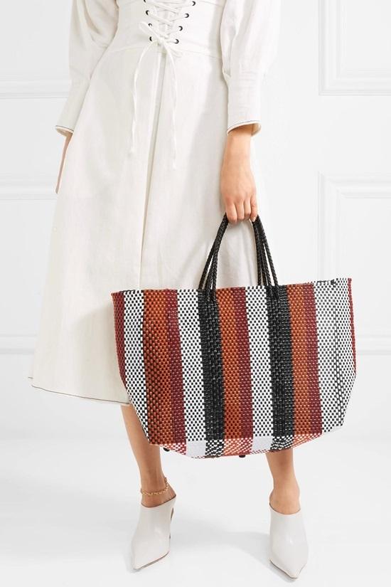 """<p class=""""Normal""""> 205 USD (4,6 triệu đồng) là giá của một chiếc túi nhựa đan nong của Truss.</p>"""