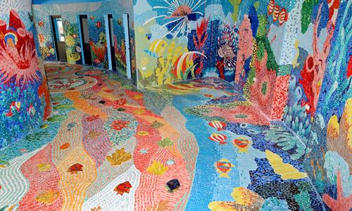 Nội thất Nhà gương trải đều những viên gốm nhỏ. Họa sĩ tỉ mỉ gắn gốm, sỏi đa màu lên tường và nền nhà. Không gian được mô tả là đáy đại dương với hệ sinh thái phong phú như: san hô, sò, ốc, sao biển, hải quỳ và các loài cá.
