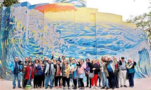 Nhà Gương hay còn được gọi Nhà Cười được Chính phủ Tiệp Khắc xây tặng thành phố Hà Nội từ năm 1979. Công trình gắn với tuổi thơ của nhiều thế hệ người dân Thủ đô sau chiến tranh.Bức tranh gốm Sóng Trường Sa cao 7 m đậm chất hội họa ở những nét tạo hình nhiều sắc độ như: xanh coban đậm, xanh ngọc, xanh lục chuyển dần từ đậm đến nhạt. Vùng sáng được diễn tả bằng xanh thanh thiên và vàng đậm nhạt.