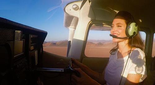 Angelina Jolie lái máy bay trên sa mạc ở Namibia