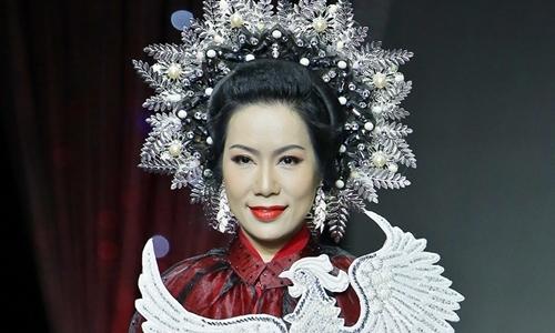 Trịnh Kim Chi trình diễn áo dài đính 2.000 viên đá