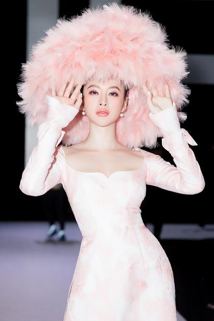 Bộ áo dài cách điệu của Công Trí được xẻ sâu phần ngực.