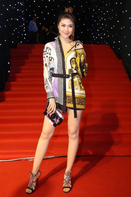 Người mẫu Thu Hằng tôn chân dài với một thiết kế giấu quần.