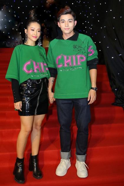 June Phạm và Khả Ngân mặc áo đôi trẻ trung.