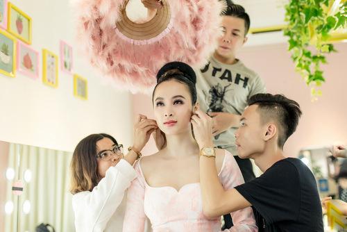 Angela Phương Trinh mất đến bốn giờ để sửa soạn cho sự kiện. Cô có một êkíp giúp thay trang phục, làm tóc...